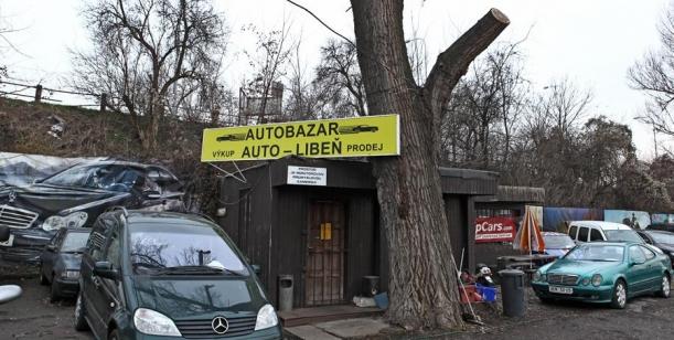 Petice za pojmenování křižovatky před autobazarem na Libeňském ostrově na náměstí Petra Dolínka