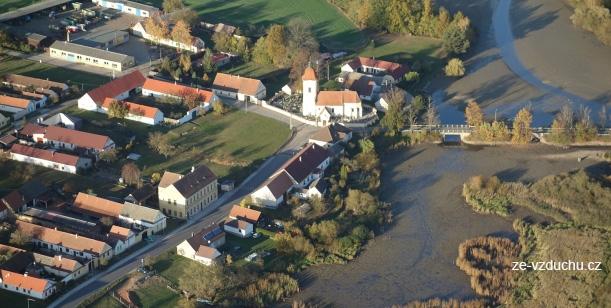 Petice proti demolici fary a mostů v Dolních Slověnicích
